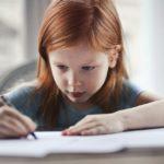 dziewczynka rysuje kredką