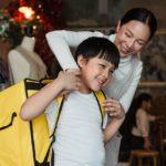 chłopiec z żółtym plecakiem i jego mama